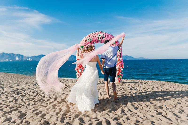 Свадебная церемония на берегу моря