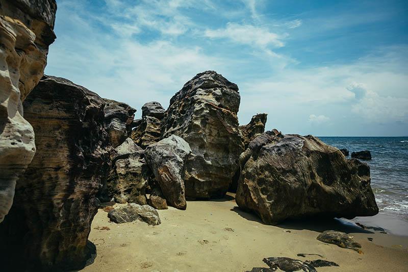 Скалистый берег Пляжа Long Beach